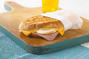Sándwich de jamón y queso con huevo
