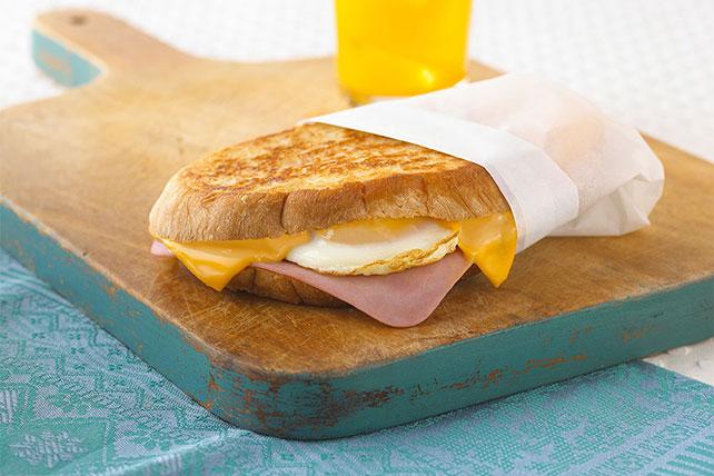 Sándwich de jamón y queso con huevo Image 1