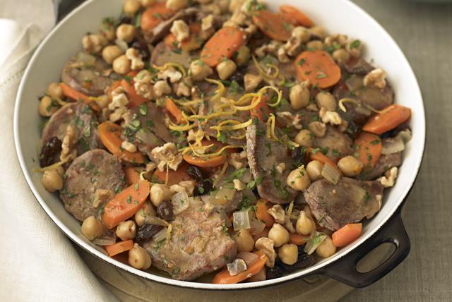 Sartén de cerdo con garbanzos, zanahorias y pasas Image 1