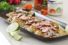 Pescado rebozado en tortillas con ensalada de rábanos