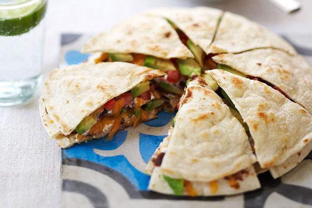 Quesadilla de tres tortillas con salsa y aguacate Image 1