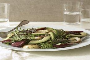 Ensalada verde con betabeles, papas nuevas y aguacate