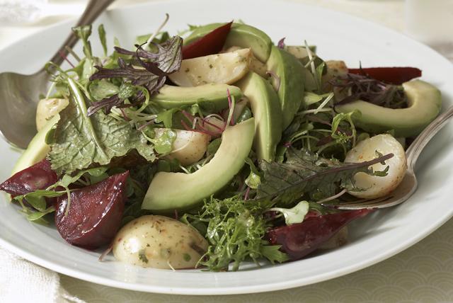 Ensalada verde con betabeles, papas nuevas y aguacate Image 1