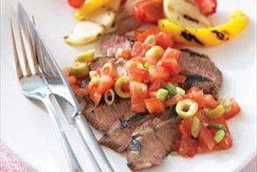 Bistec al BBQ con salsa de tomate y aceitunas
