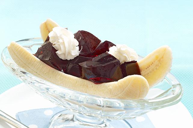 Postre tipo banana split con gelatina de cereza Image 1
