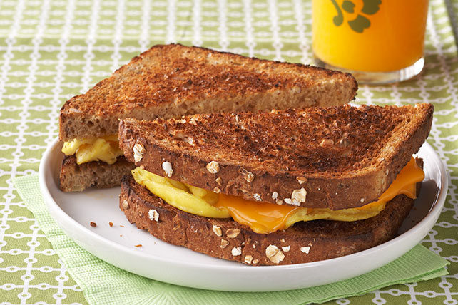 Sándwich de huevo revuelto para llevar Image 1