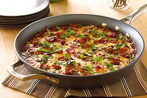 Huevos ahogados en salsa de chile ancho con tomate