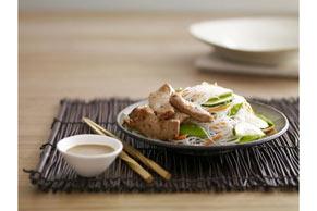 Salade de porc, de nouilles et de pois mange-tout