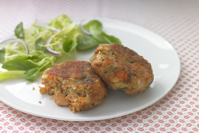 HEALTHY LIVING Salmon Cakes Image 1