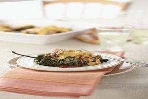 Chiles rellenos de carne y macarrones