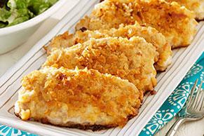 Chuletas empanizadas con ensalada y aderezo de mostaza