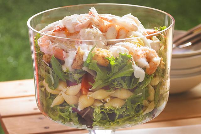 Ensalada césar en capas con camarones y pasta Image 1