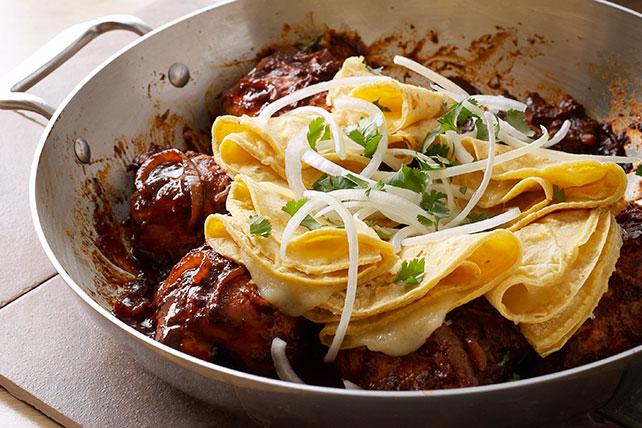 Pollo en salsa de pasilla con dobladitas de queso Image 1