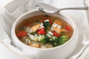 Sopa con trozos de pollo y verduras