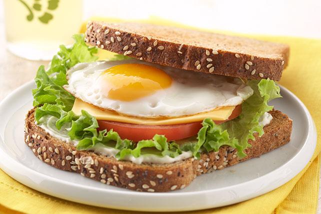 Sándwich de huevo, lechuga y tomate Image 1