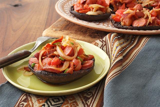 Hongos portobello con salchichas al albañil Image 1