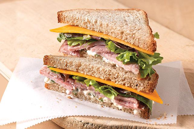 Sándwich de jamón y queso con albahaca fresca Image 1