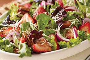 Ensalada verde con fresas y nueces caramelizadas