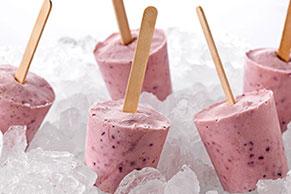 Paletas de yogur helado con fresas, plátano y moras azules