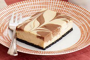 Barras de cheesecake de cappuccino con remolinos de chocolate