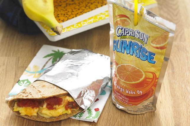 Burrito de huevos revueltos con queso para llevar Image 1