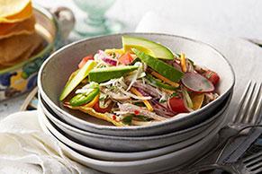 Ensalada de carne de cerdo con aguacate y chiles jalapeños