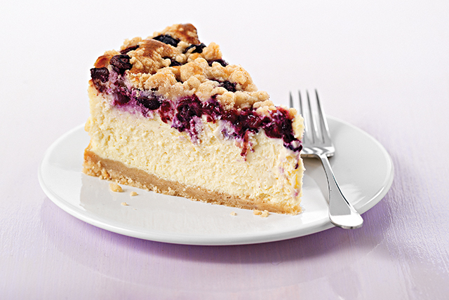 Cheesecake PHILADELPHIA con moras azules y cobertura de migas Image 1