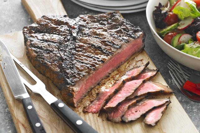 Bifteck savoureux servi sur planche Image 1