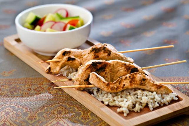Satés de poulet sur riz et salade de concombres Image 1