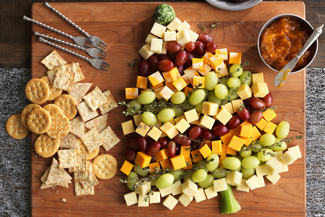 Christmas Veggie Tray.Christmas Tree Cheese Board