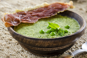 Soupe aux pois garnie de prosciutto croquant