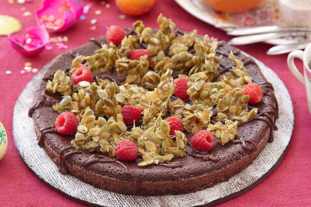 Pastel de chocolate sin harina con crujiente cubierta de pepitas Image 1