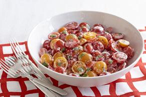 Ensalada de tomates cereza con albahaca