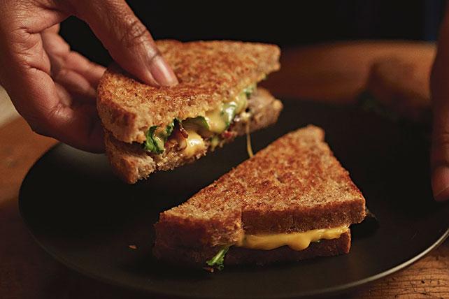 Sándwich de tocino, hongos y queso fundido Image 1