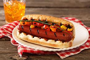 Hot dogs con mini pimientos dulces asados