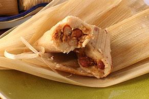 Tamales de pollo con salsa para asar y frijoles