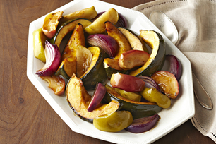 Courge poivrée, pommes et oignons rôtis