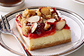 Barras de cheesecake con cerezas