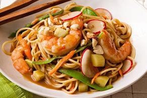 Pâtes sautées aux crevettes et aux légumes à l'asiatique