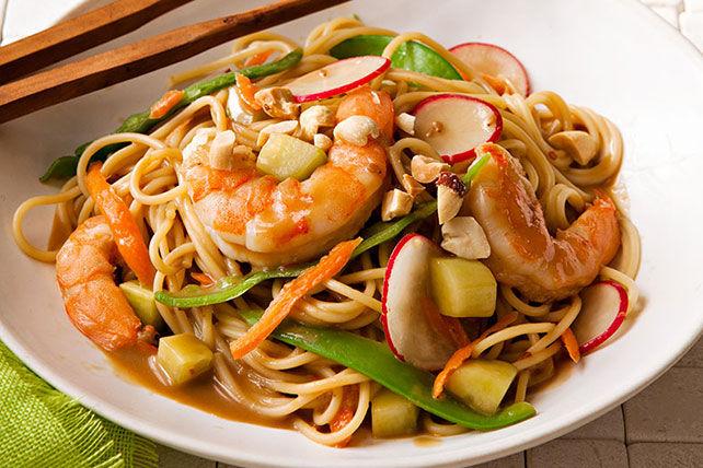 Pâtes sautées aux crevettes et aux légumes à l'asiatique Image 1
