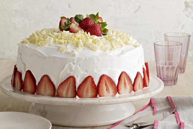 Pastel de tres leches con chocolate blanco y fresas Image 1