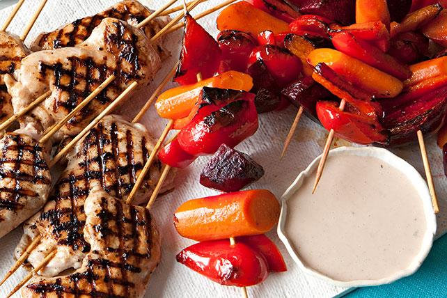 Brochetas de pollo y vegetales a la parrilla con pan pita Image 1