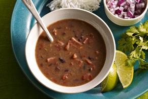 Sopa cubana de frijoles negros en olla de cocción lenta