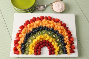 Salade de fruits arc-en-ciel avec trempette à la fraise