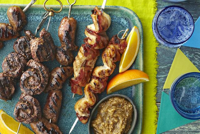 Brochetas a la parrilla de pollo, carne de res y salchicha Image 1