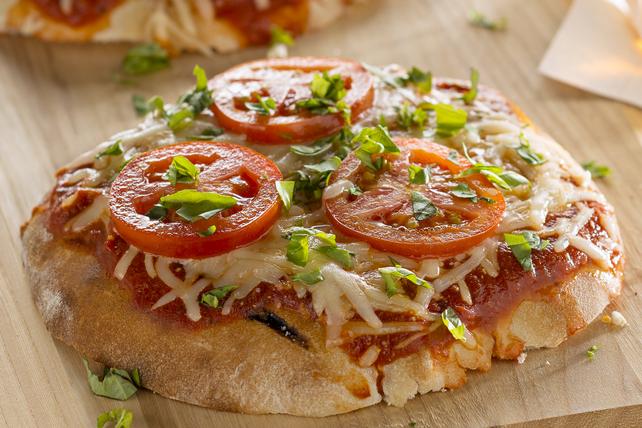 Pizzas pitas à la tomate et au basilic sur le gril Image 1
