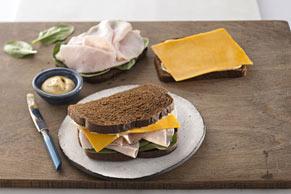Sándwich clásico de pavo y queso