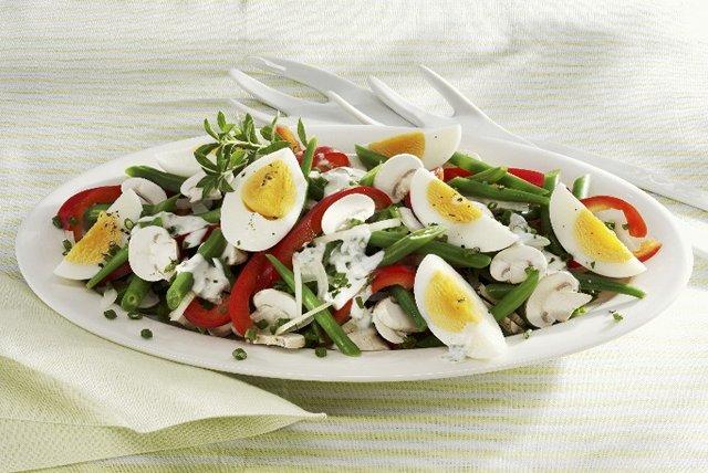 Salade colorée de haricots verts, d'œufs et de champignons Image 1