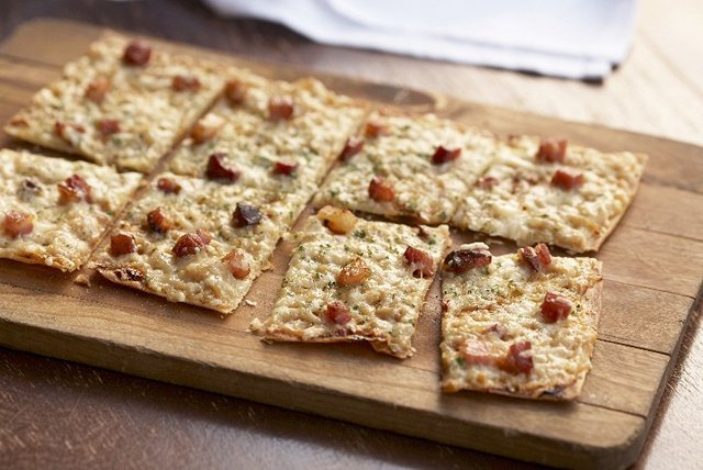 Crispy Bacon-Flatbread Appetizer Pizza Image 1
