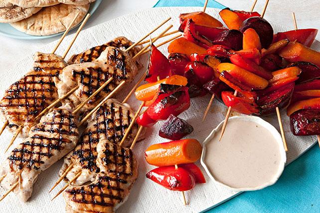 Brochettes de poulet et de légumes grillés avec pitas Image 1